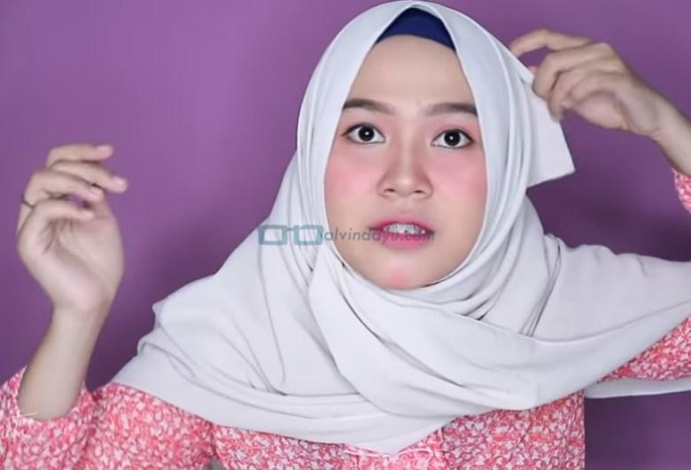 Tutorial Hijab Pashmina untuk Wajah Bulat dan Gemuk Tembem, Sematkan Jarum Pentul pada Hijab