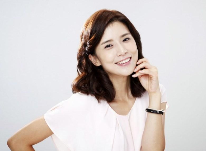 Lee Bo Young sebagai Yoon Ji Soo