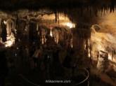 Visitantes recorriendo la cueva