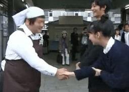 武井咲 握手