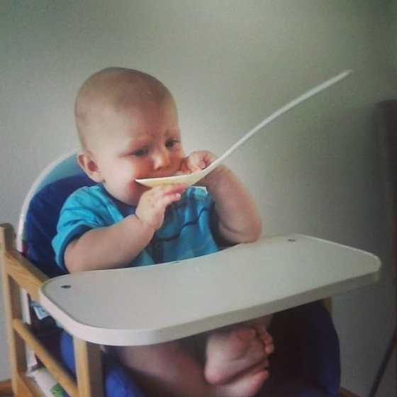 Baby stopt veels te grote lepel in zijn mond