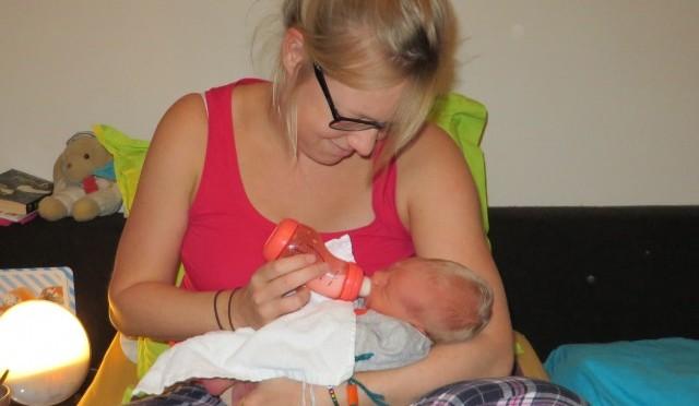 Flesvoeding op verzoek - Roan 4 dagen oud z'n eerste flesje
