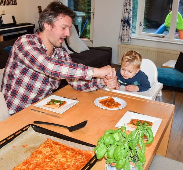 pizza-margerita-extra-groente-op-tafel