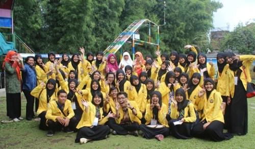 Mahasiswa PG PAUD UNNES di playground TK Unggulan AL-YALU Malang