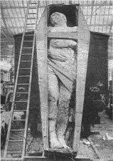 1895 yılında İrlanda'da Dyer tarafından mineral araştırmaları sırasında bulunan bir dev fosili. Boyunun karşılaştırılması amacıyla bir tren vagonunun önüne koyulmuştur. Yüksekliği 3 metre 70 santimetre ve ağırlığı 2050 kg.dır.(taşlaşmış olduğu için daha ağır geliyor herhalde) Sağ ayağı 6 parmaklıdır. Ancak daha sonra bu dev fosiline ve sahibine ne olduğunu kimse bilmiyor.