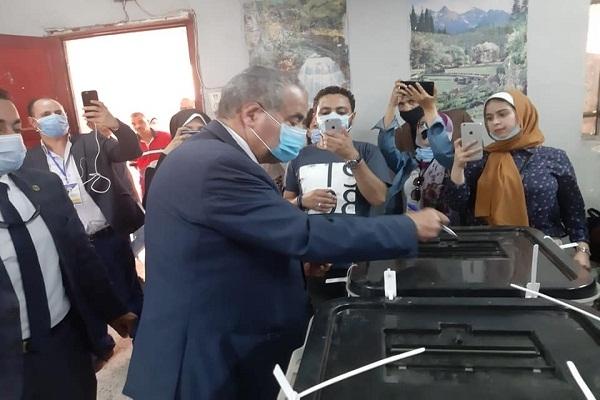 وزير التموين يدلي بصوته في انتخابات مجلس النواب بمدرسة الأورمان الإعدادية النموذجية بالجيزة