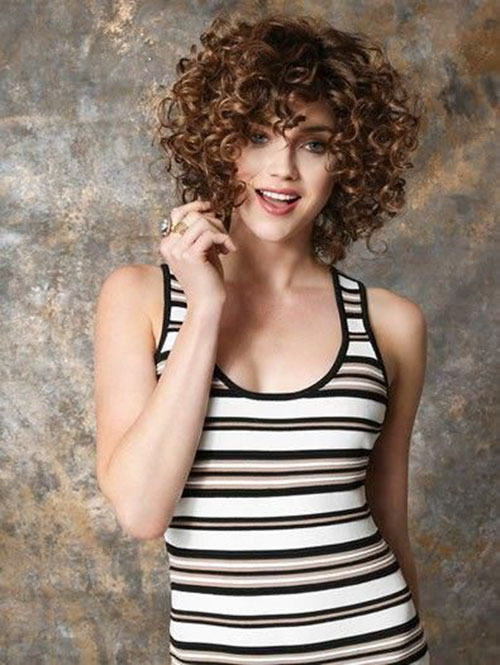 Short-Curly-Hairstyle-for-Round-Faces-7 20 Amazing Short Curly Hairstyle for Round Faces