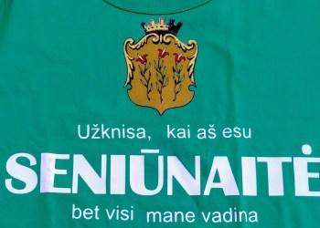 I Alytus, seniūnaičius išsirinkęs pirmąją rinkimų dieną, ir suorganizavęs inscenizuotą jų prisaikdinimą bendruomenės šventės metu įteikė ir nuotaikingus vardinius marškinėlius