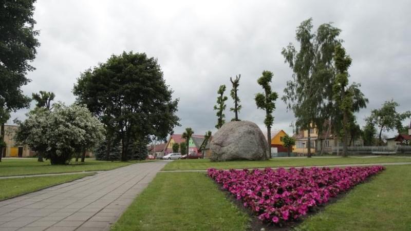Pažintį su Butrimonių miestelio istoriniu pavelgu praves V. Skendelis ir gimnazijos mokiniai