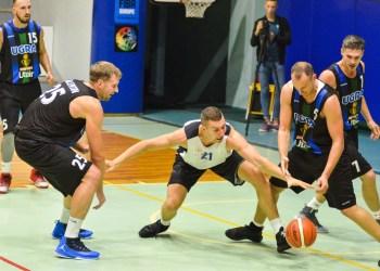 """P. Petrilevičius (nuotraukoje - viduryje) į """"Universitet-Yugra"""" krepšį įmetė 24 taškus ir tęsia įspūdingą pasirodymą artėjant LKL sezonui. Jo išvakarėse """"Dzūkija"""" Alytuje priims Varšuvos """"Legia"""""""