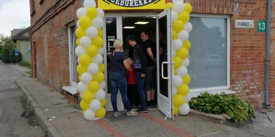 """Iki naujosios čeburėkinės minėtame pastate išgyveno tik senoji kavinė """"Skrydis"""", o bankrutavusiems verslininkams suskaičiuoti vienos rankos pirštų jau nepakaktų – čia neišsilaikė burgerinė (""""Mac Burger""""), kavinė (""""Foosin""""), naktiniai barai (""""Deimantas"""", """"Taverna""""), picerija (""""Verona"""") ir kt."""