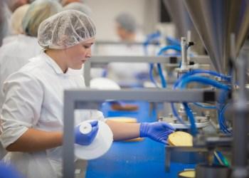 """Alytuje ir dar 8-iuose Lietuvos miestuose """"Maxima"""" steigia maisto gamybos praktinio mokymo centrus, kuriuose patyrę ir profesionalūs tinklo darbuotojai mokys reikiamos kvalifikacijos ir praktinių įgūdžių neturinčius asmenis. Naujų darbuotojų ugdymui ir jų kvalifikacijos kėlimui kasmet bus investuojama iki pusės milijono eurų"""
