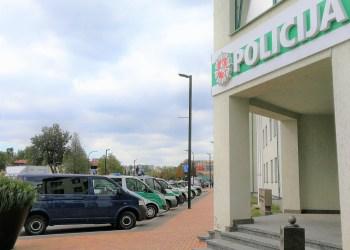 """Pareigūnams atlikinėjant kratą, į moters buto duris pasibeldė nuolatinis klientas. 34-erių metų vyras, nešdamasis 10 eurų banknotą, atėjo antros tą dieną """"dozės"""". Tačiau šįkart svaigalų įsigyti nepavyko, """"prekė"""" buvo policijos pareigūnų rankose. Tyrėjų paklaustas alytiškis prisipažino svaiginantis save neleistinomis medžiagomis, o jas perkantis, būtent pas Daugų gatvės gyventoją"""