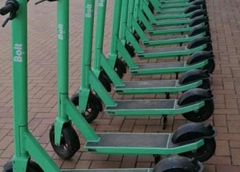 Žaliųjų paspirtukų stotelė Pulko gatvėje, prie Alytaus miesto teatro. Alytausgidas.lt skaitytojo Juozo M. nuotr.