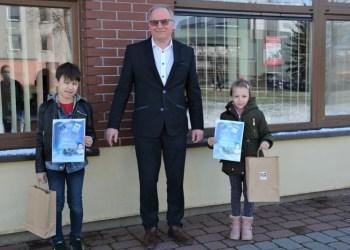 Bibliotekos direktorius A. Vyšniauskas su jaunaisiais pasakų kūrėjais: T. Paplausku ir A. Malinauskaite