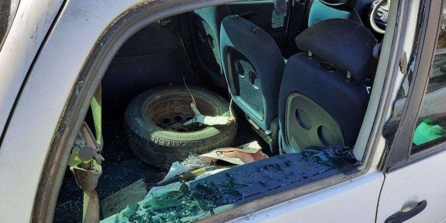 Vienas iš penkių Dainavos mikrorajone sulaikyto vyro apgadintų automobilių. Alytaus apskrities VPK nuotr.