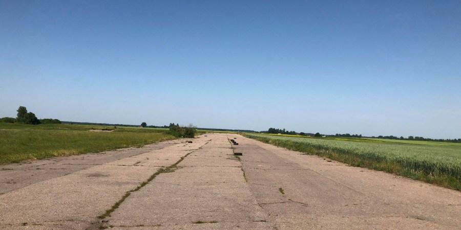 Buvusiame aerodrome išlikęs buvęs kilimo ir tūpimo takas