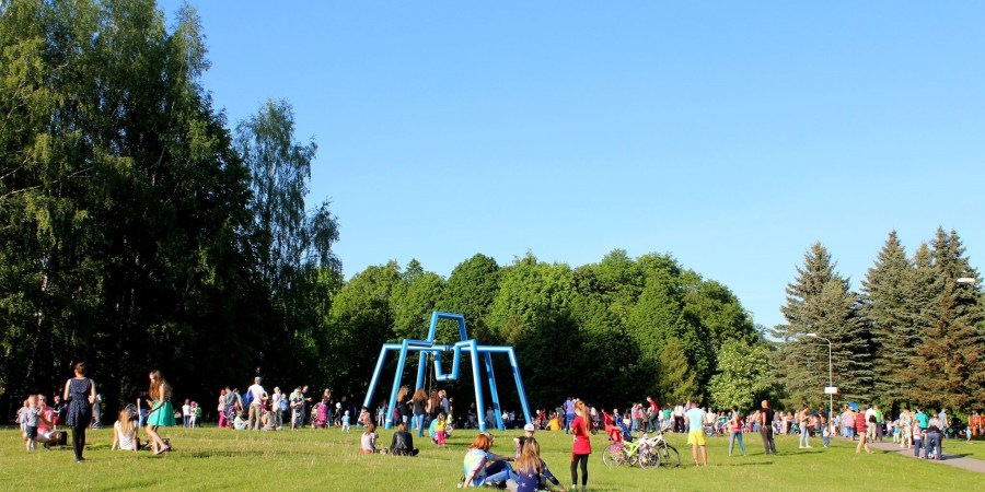 """Jaunimo parkas. Alytiškių pamėgta susitikimų vieta pievoje prie skulptūros """"Karališkasis voras"""" (autorius Antanas Balkė)"""