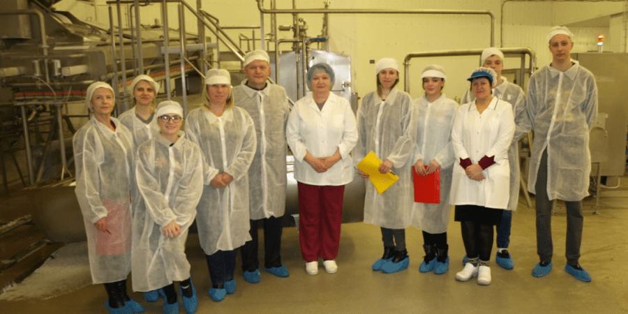 """Alytaus kolegijos direktorius, dėstytojai ir studentai – UAB """"Rivona"""" Alytaus pieninėje. Susipažinta su technologijos proceso naujovėmis, produkcijos asortimentu, darbo organizavimo pakeitimais robotizuojant gamybą"""