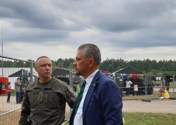 Seimo narys Vytautas Bakas (dešinėje) lankosi migrantų apgyvendinimo vietoje pasienyje.