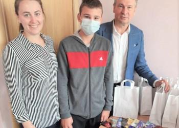 Alytaus rajono savivaldybės meras A. Vrubliauskas šokoladu palepino skiepytis atėjusius Krokialaukio seniūnijos gyventojus