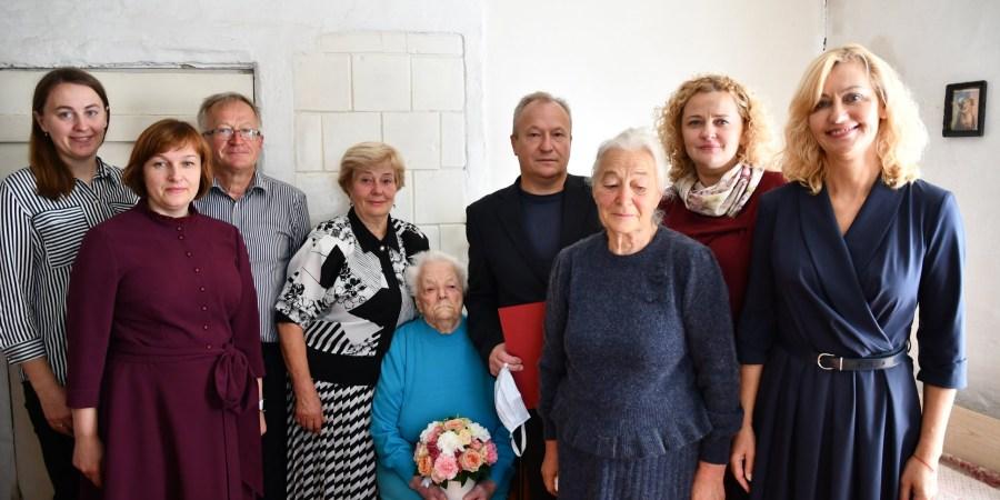 Jubiliatė M. Aliulienė (viduryje, su gėlėmis)
