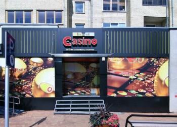 Lošimo automatų salonas Alytuje, įsikūręs daugiabučiame name
