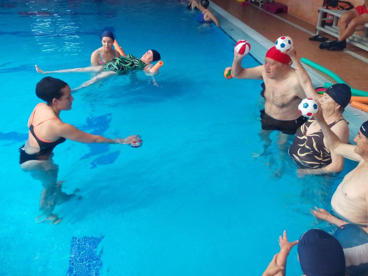 Natación Terapéutica, ejercicios con pelota