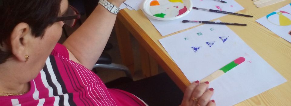 Usuario pintando manualidades