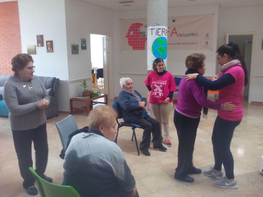 Usuaria bailando con trabajadora y el grupo