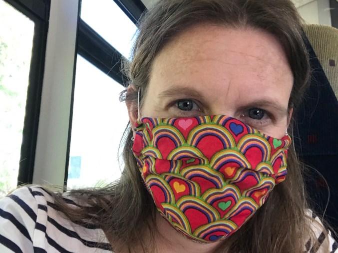 peggy-im-zug-mit-mund-nasen-schutz