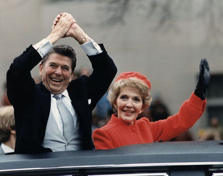 1024px-The_Reagans_waving_from_the_limousine_during_the_Inaugural_Parade_1981