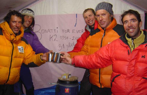 El-equipo-de-escaladores-la-Magic-Line-celebrando-en-el-Campo-Base-el-avance-en-la-progresion-de-la-escalada-Expedicion-K2-Magic-Line-2004-Valentin-Giro-consultor-alpinista-autor-trainer