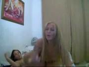 Duas putinhas amadoras fazendo um pornozinho na webcam