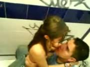 Flagrou a novinha fudendo com o amigo no banheiro da escola
