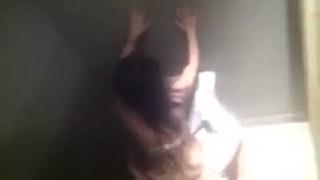 Segurança empata foda flagra casal amador fodendo no banheiro da balada