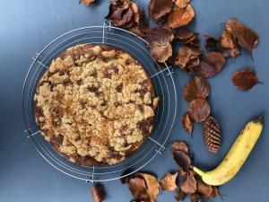 Herbstlicher Bananenbrot-Kuchen mit frischen Cranberries, Datteln und Kokosflocken