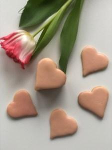 Herz-Kekse zum Valentinstag mit Blutorangen-Glasur