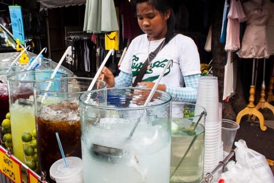 Keliling Chatuchak itu capek dan panas. Minuman kaya ginian membantu banget.