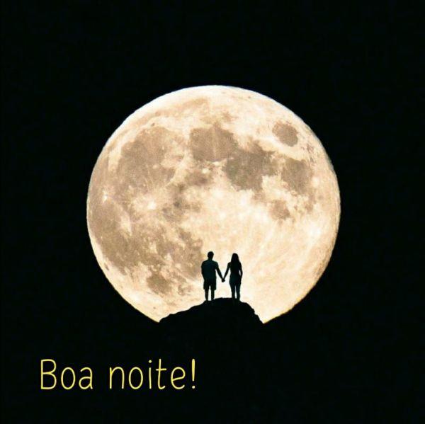 imagem com lua grande e csal de mão dadas olhando a lua