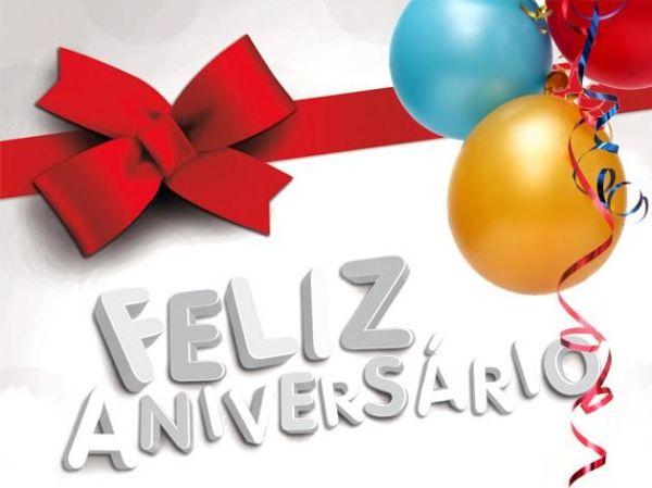 Feliz aniversaria balão e presentes