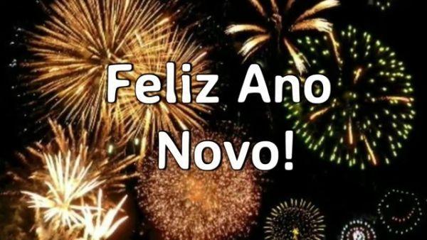 feliz ano novo com fogos de artifícios