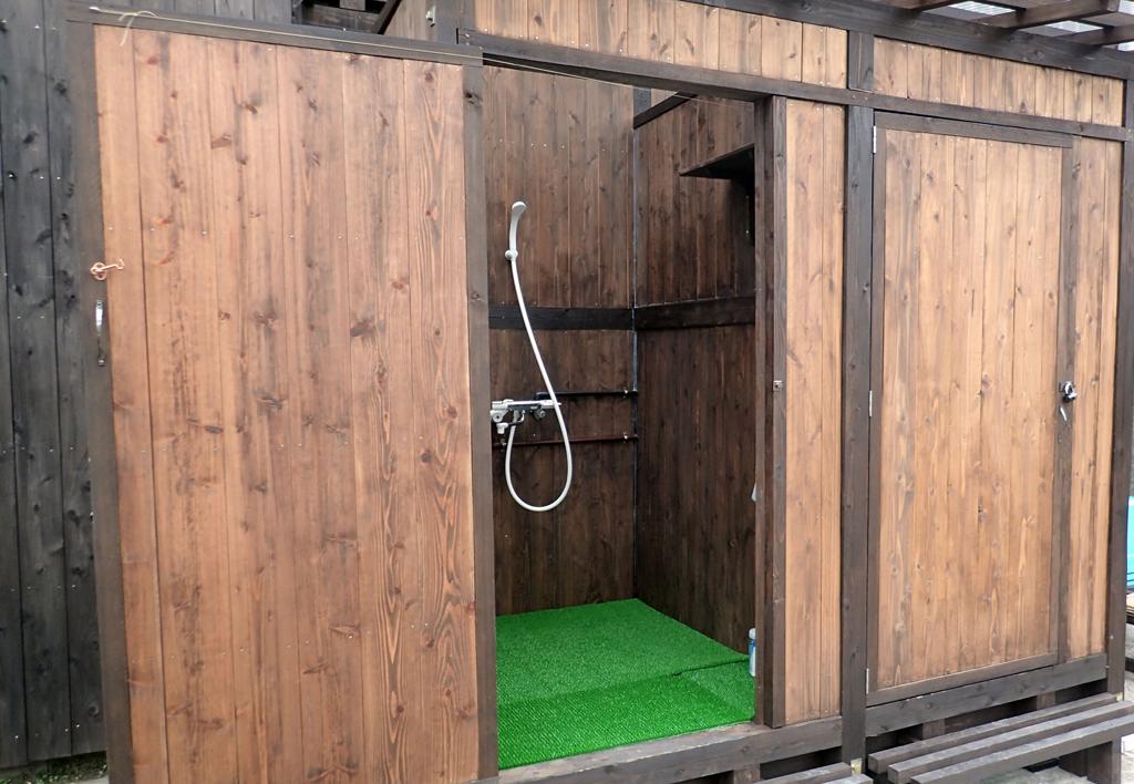 広々シャワー室。2名でも入れる広さで快適。シャンプー/コンディショナー/ボディソープ/あり〼
