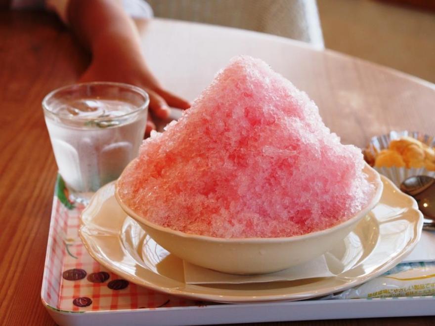 洋菓子のなかの かき氷いちご