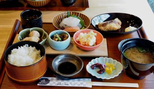里庄町「魚屋+台所ななつや」小鉢にいろいろ、上品な味付けが嬉しい日替わりランチ。お総菜も販売しています