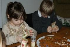 Barnen dekorerar pepparkakor.