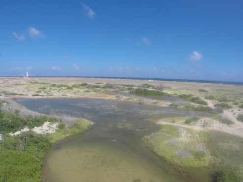 Vista panorâmica do outro lado da ilha, sem praia