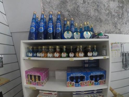Licor Curaçao Blue vendido em qualquer loja de souvenir