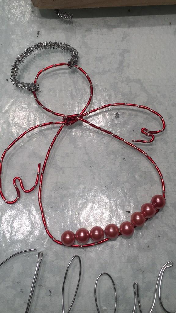 Angeles de alambre y perlas