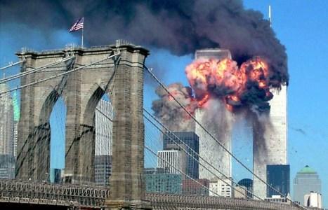 La segunda torre del World Trade Center empieza a arder frente al puente de Brooklyn.